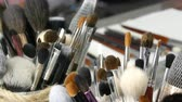 lippenstift : Set of professional brushes for make-up on table in dressing room. Fashion industry. High fashion show backstage. Stockvideo