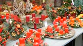 presentes : Beautifully decorated Christmas decor compositions of red wax candles and wreaths on store window