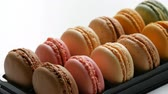 aardbeien : Colorful cake macaroon in gift box Stockvideo