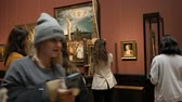 authentisch : Vienna, Austria - December 19, 2019: Inside the Museum of the History of Art. Art gallery with world-famous paintings. The artist paints picture copy of the famous artist at the easel in art gallery