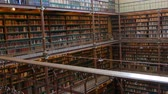 estante : Beautiful vintage bookshelves in the old library in the Rijksmuseum, Amsterdam Vídeos