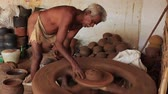wazon : Madurai, India - 20180310 - Man Uses Fully Manual Potter Wheel  -  Builds Up Clay