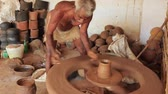 wazon : Madurai, India - 20180310 - Man Uses Fully Manual Potter Wheel  -  Builds Clay While Spinning Wheel Wideo