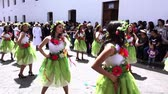 dançarina : Women in Green Skirts Dance in Cuenca Independence Day Parade 2016
