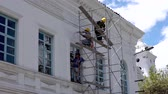 balde : Cuenca, Ecuador  -  20180920 -   Men Work On Scaffolding Renovating Old Building