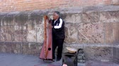 executante : Cuenca, Ecuador  -  20180920  -  Man Plays Electric Harp For Tips  -  with Sound Stock Footage