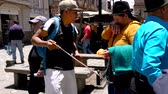comestível : Cuenca, Ecuador  -  20180920  -  Street Vendor Tries To Sell Chontacuro To Indigenous Woman2