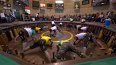 verdediging : Yazd, Iran - 2019-04-10 - Zurchane Wrestling Team Excercises In Front of Audience Doing Complex Pushups.