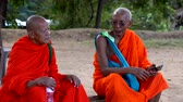 равновесие : Polonnaruwa, Sri Lanka - 2019-03-23 - Monks On Tour 11 - Two Elderly Monks Talk.