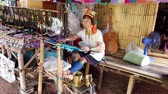 werkkleding : Bangkok, Thailand - 2019-03-03 - Long Neck Karen Tribe Matriatch Weaves Tapestry Wide View. Stockvideo