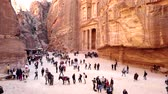 jaskinia : Petra, Jordan - 2019-04-23 - Tourists Wander In Front of Treasury 2. Wideo