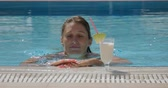 ananás : Young woman swimming close to the white cocktail