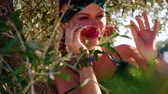 zigeuners : Young hippie woman with sunglasses sitting on the tree and smiling to the camera