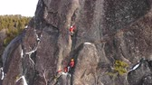 engel : Two climbers climb the wall at high altitude.