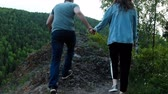 Couple in love on the mountain path. Wideo