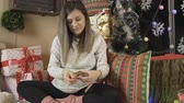 irmãos : Pregnant woman tasting Christmas sweets, eating muffin under the Xmas tree