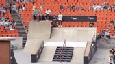 construir : Skate Roller Warming Up In Extreme Sports Contest, Ramp, Speed, High Angle Tilt Vídeos