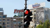 ограничение : Red Traffic Light Turning Green, Street, Urban Setting, Pan Стоковые видеозаписи