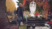 türbe : Elderly man leaves the cemetery Stok Video