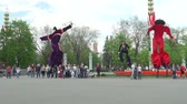 прыжок : Slow motion shot of street acrobats with fly jumpers in Moscow. Стоковые видеозаписи