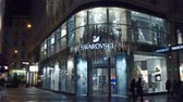 swarovski : VIENNA, AUSTRIA - DECEMBER, 24 Steadicam shot of big Swarovski store in the evening. Austrian producer of cut lead glass. Stock Footage