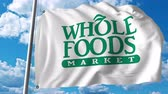 logo food : Sventolare la bandiera con il logo Whole Foods Market.