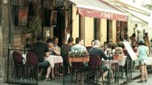 metáfora : PULA, CROATIA - AUGUST 4, 2017. People eat out in a street cafe Stock Footage