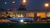 irland : WARSAW, POLAND - SEPTEMBER 14, 2017. Ryanair Boeing 737 commercial airplane taxiing at the airport at night Stock Footage