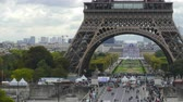 база : Time lapse of crowded place near the Eiffel tower base and Champ de Mars in Paris, France