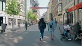 visitantes : LEIPZIG, GERMANY - MAY 1, 2018. Young couple walking along the pedestrain street in city centre