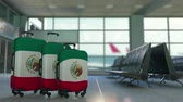 mexicano : Travel suitcases featuring flag of Mexico. Mexican tourism conceptual animation