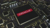 funcionamento : Computer printed circuit board or PCB with Oracle Corporation logo. Conceptual editorial 3D animation