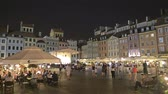 булыжник : WARSAW, POLAND - AUGUST 4, 2018. Crowded tourist place in old town at night Стоковые видеозаписи