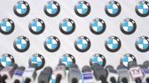 anúncio : Press conference of BMW, press wall with logo and microphones, conceptual editorial animation