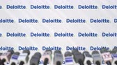 anúncio : DELOITTE company press conference, press wall with logo and mics, conceptual editorial animation