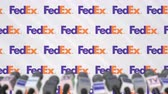 aviso : Media event of FEDEX, press wall with logo and microphones, editorial animation
