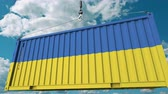 クレーン : Loading cargo container with flag of Ukraine. Ukrainian import or export related conceptual 3D animation