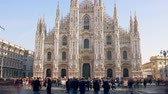 foules : Long exposure time lapse of Duomo di Milano or Milan Cathedral, main landmark in the centre of the city, Italy Vidéos Libres De Droits
