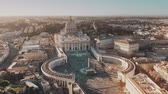 foules : Establishing aerial shot of Vatican City. Crowded St. Peters Square