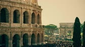 foules : Crowded square near famous Colosseum or Coliseum amphitheatre in Rome, Italy