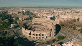 foules : Flight around Colosseum in Rome, Italy