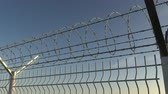 conservar : Top of barbed wire fence against sky, seamless loop