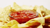 pimenta : Crispy tortilla chips and hot salsa sauce on the plate, close-up shot Vídeos