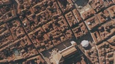 ziegeldach : Aerial top down shot of Cattedrale di Santa Maria del Fiore cathedral and tiled houses in Florence. Italy Stock Footage