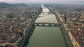 firenze : Aerial shot of bridges and the Arno river in Florence in the evening, Italy Filmati Stock