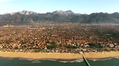 çatılar : Aerial shot of picturesque Forte dei Marmi beachfront and distant mountains, Italy