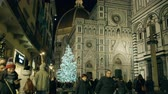 florencja : FLORENCE, ITALY - DECEMBER 26, 2018. Illuminated Christmas tree near famous Cathedral or Cattedrale di Santa Maria del Fiore Wideo