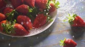 роса : Pouring water over the plate with fresh strawberries, slow motion shot Стоковые видеозаписи