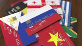 borç : Many credit cards with different flags, emphasized bank card with flag of Russia