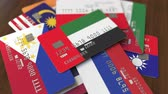 odlišný : Many credit cards with different flags, emphasized bank card with flag of the United Arab Emirates UAE